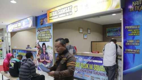 proses perpanjangan STNK di Gerai Samsat dan SIM Blok M Square, Jakarta Selatan